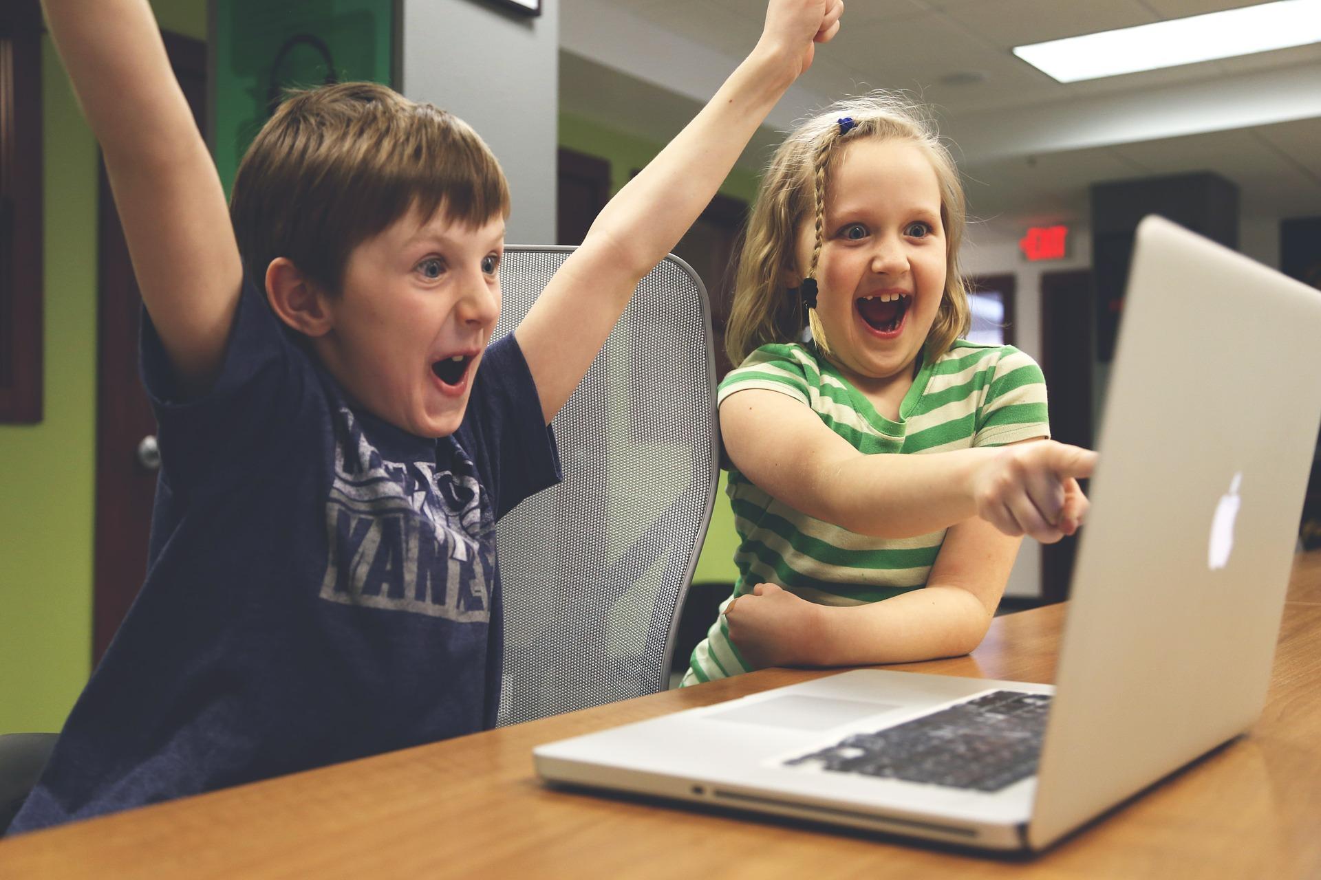 niños estudiando ordenador